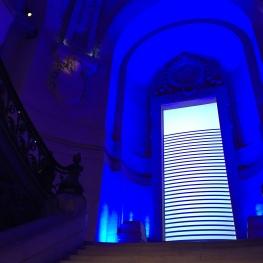 Le double escalier menant au deuxième niveau de l'expo animé des couleurs de la marinière... - ©MonBazarUltd