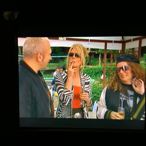 JPG est une star en UK : les modeuses déjantées d'Absolutely Fabulous l'ont même invité dans un épisode de la série... - ©MonBazarUktd