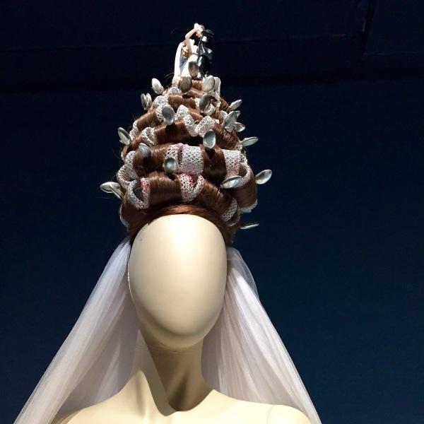 La coiffe de la mariée : des rouleaux et des tourtereaux ! - ©MonBazarUltd